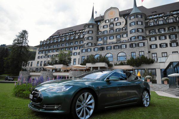 Suvrette House stellt Gaesten einen Tesla S fuer gruene Fahrten bereit